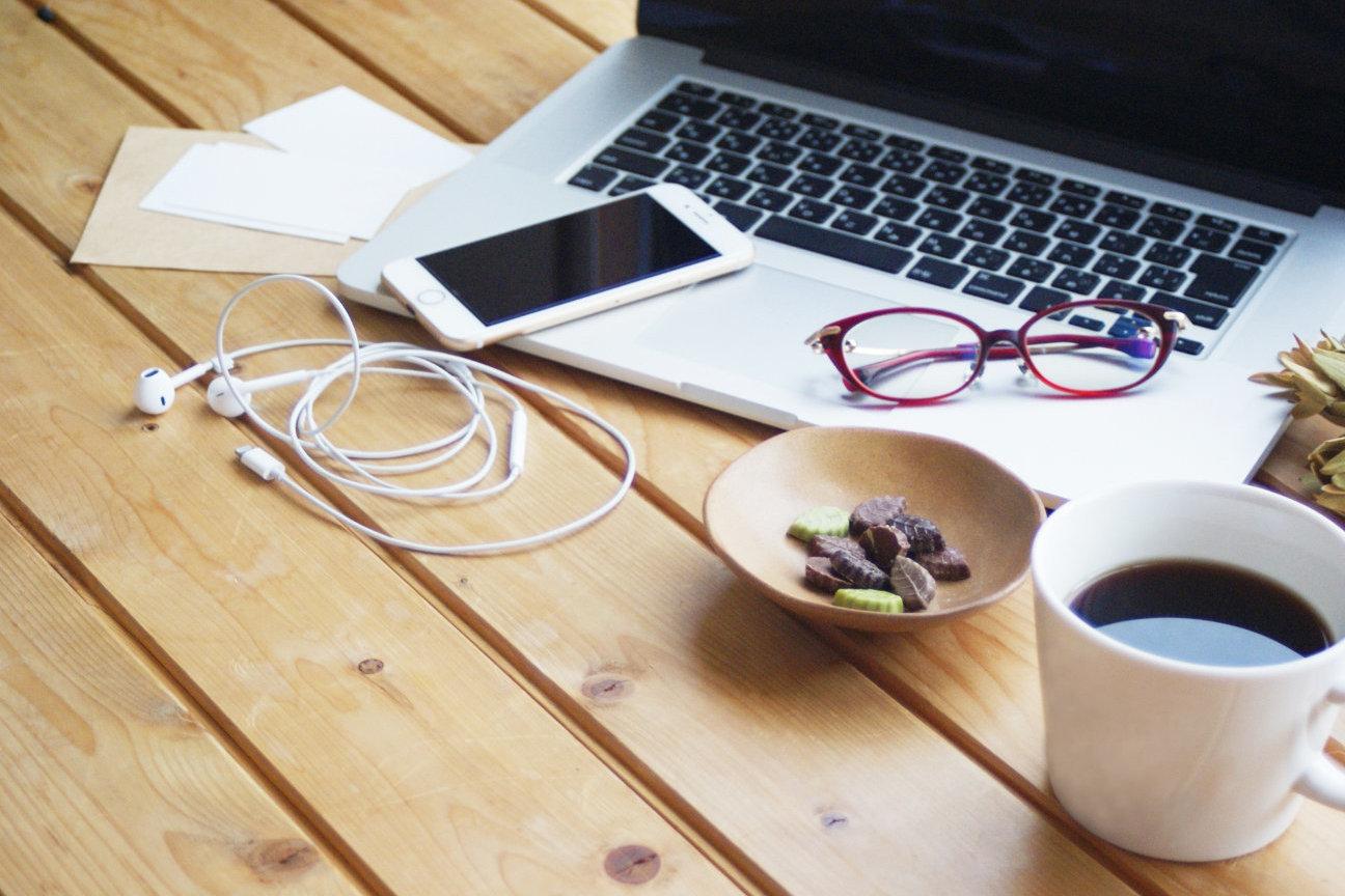 パソコン・スマートフォンがある机でコーヒーなど(休憩時間)