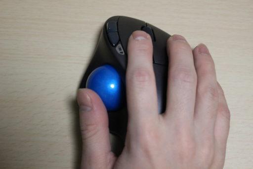トラックボールマウスに手を添える