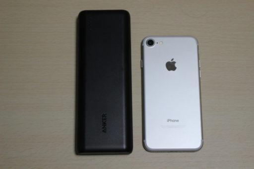 Anker PowerCore 20100とiPhone7の比較(大きさ)