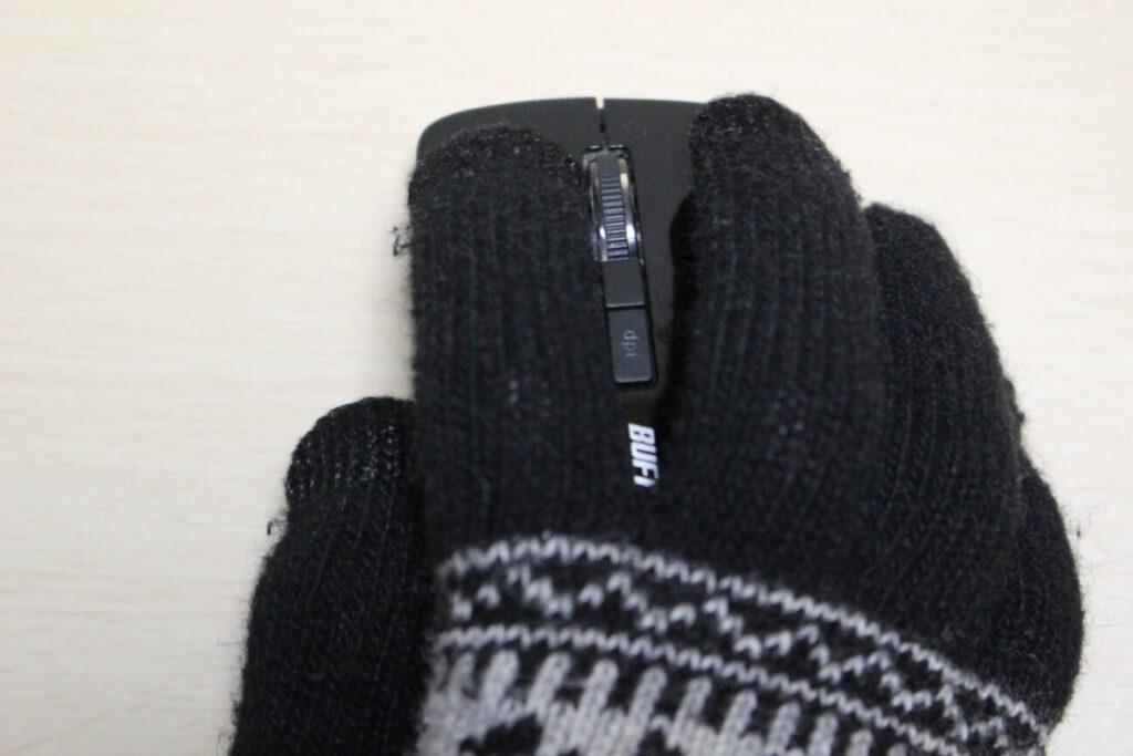 BUFFALOのワイヤレスマウス「BSMBW325」を手に持つ