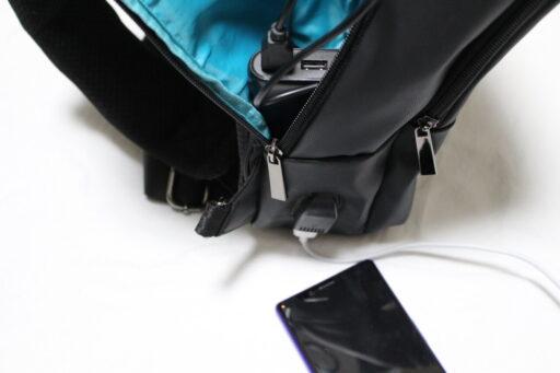 PABINのボディバッグからスマホを充電