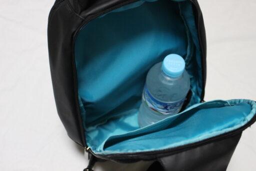 PABINのボディバッグの中にペットボトル