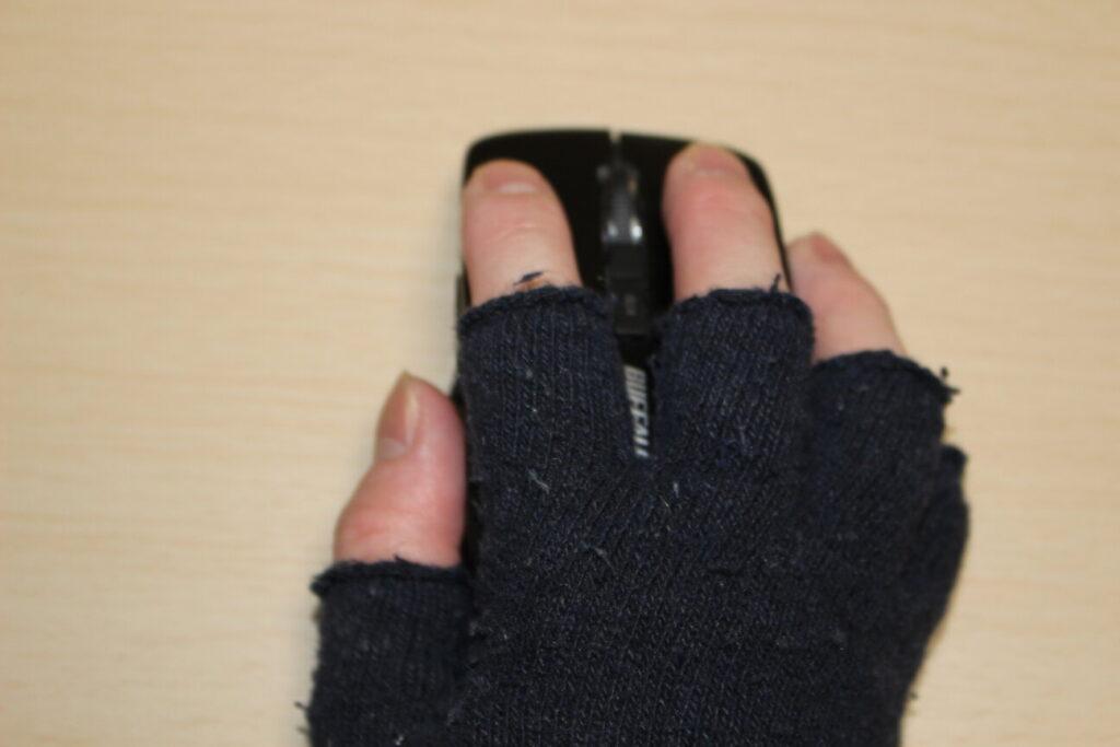 Buffaloのマウス「BSMBW325」の上に手を添える