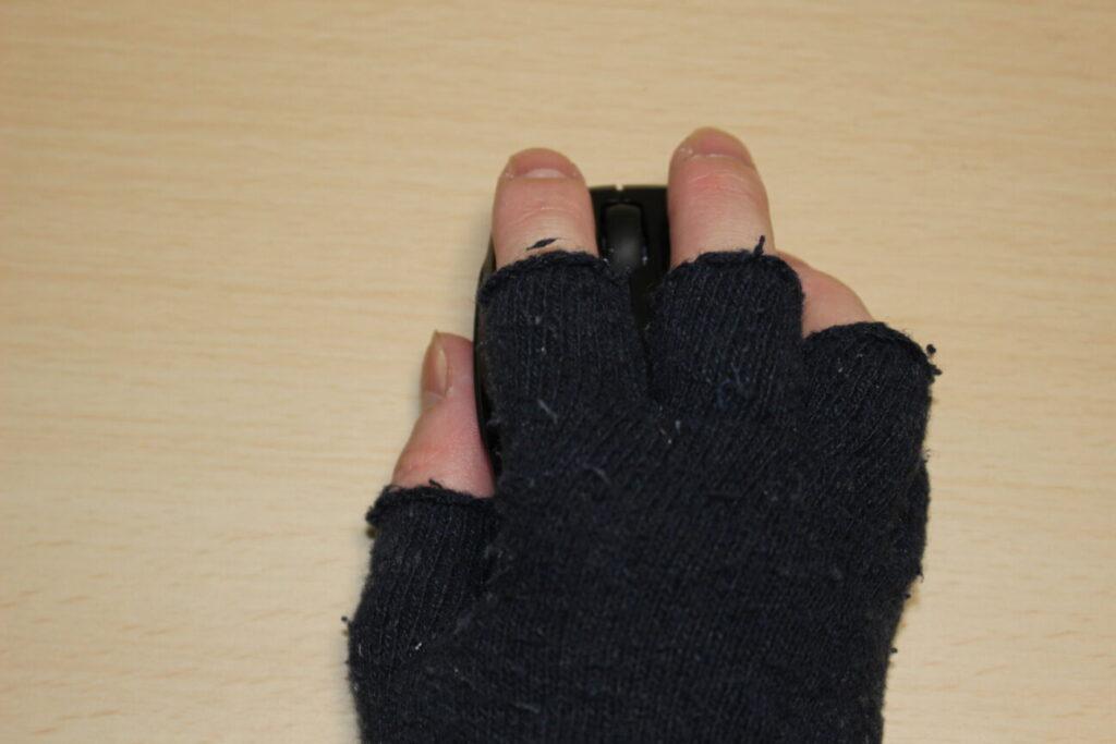 エレコムのマウス「M-FBL3BBS」の上に手を添える