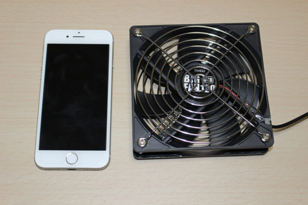 タイムリーのUSBファン「BIGFAN120U」と「iPhone 7」