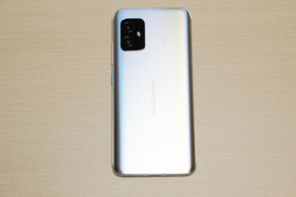 「Zenfone 8」の背面