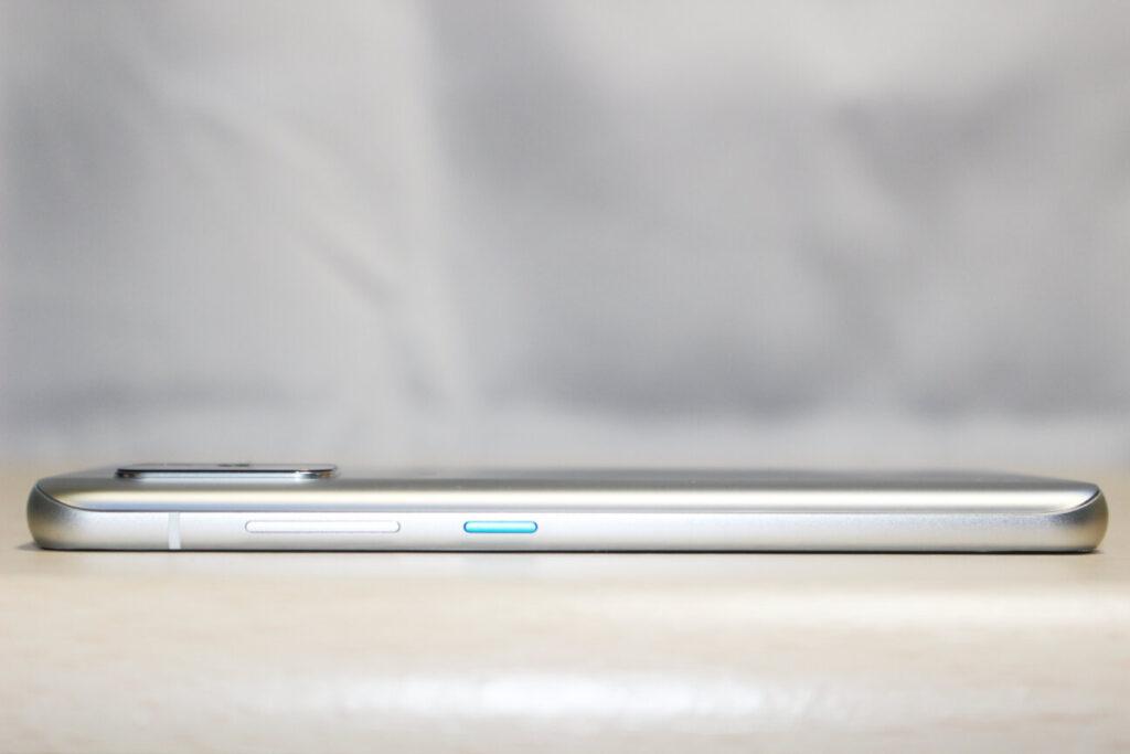 「Zenfone 8」の右側面
