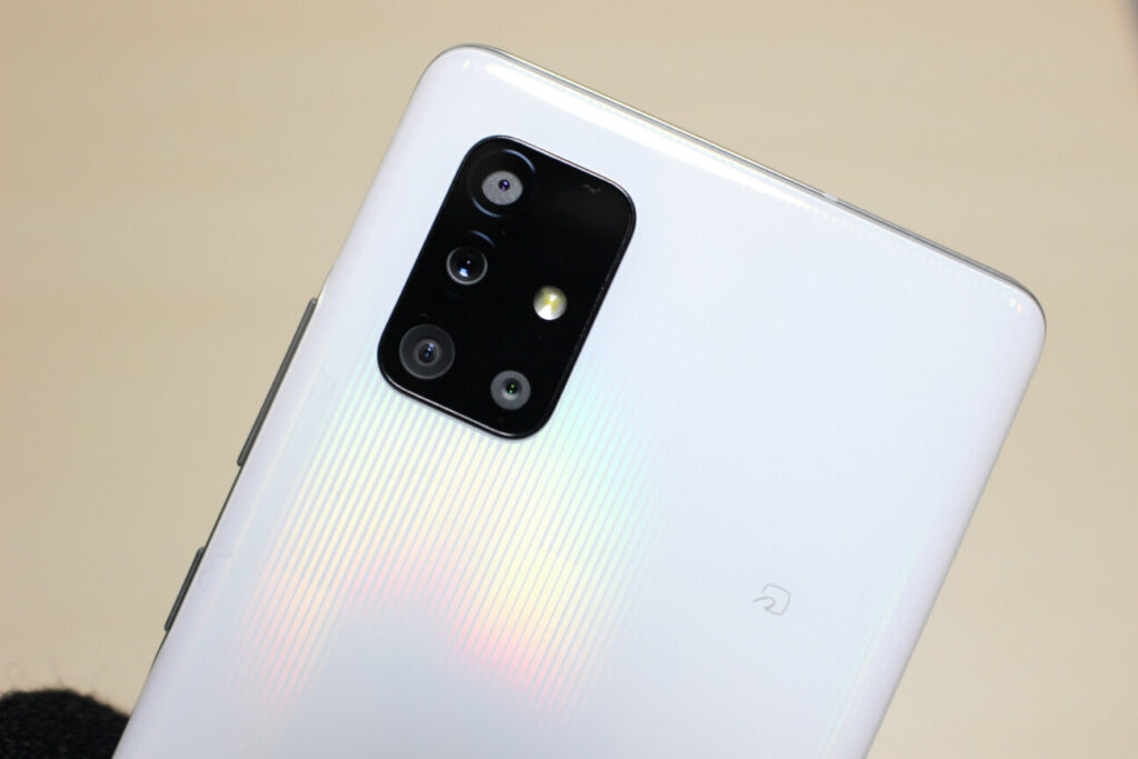 「Galaxy A51 5G」のカメラレンズとFeliCaマーク
