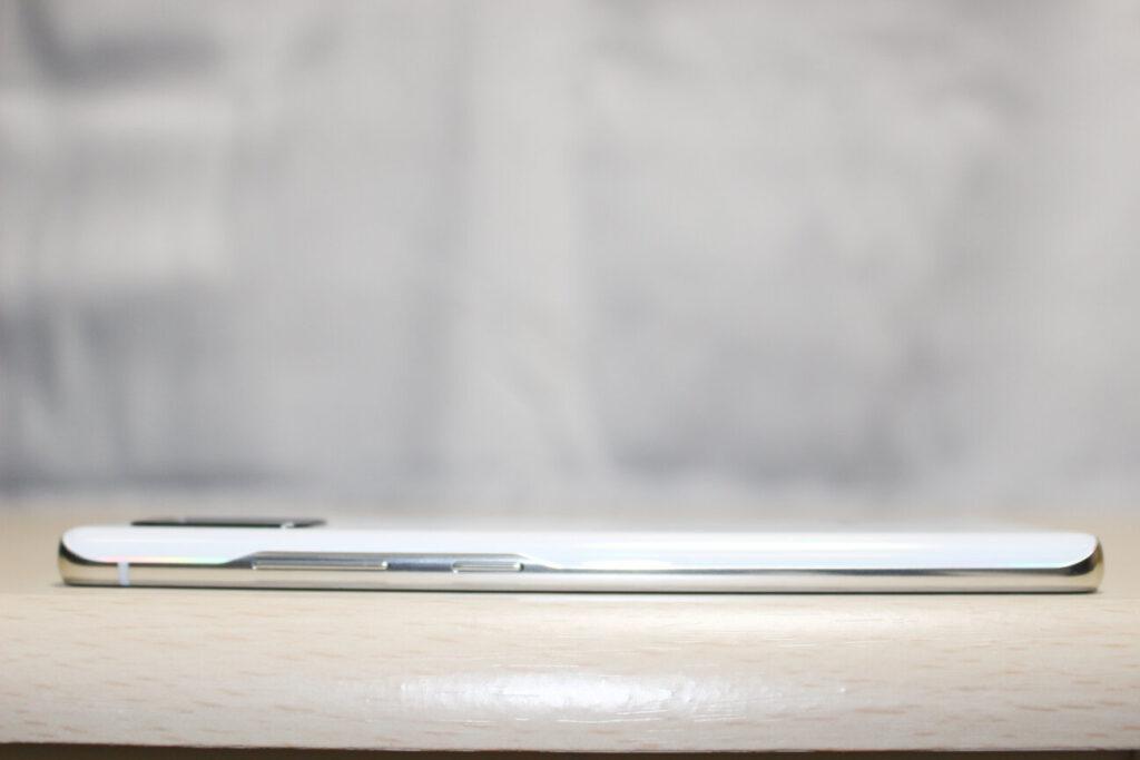 「Galaxy A51 5G」の右側面