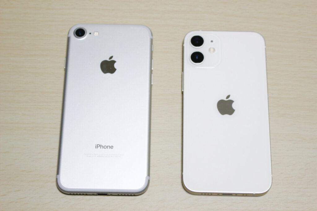 「iPhone 12 mini」と「iPhone 7」裏面