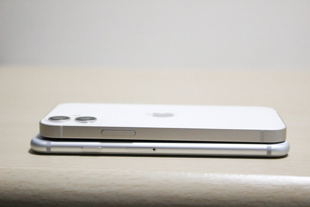 「iPhone12mini」と「iPhone7」の横側