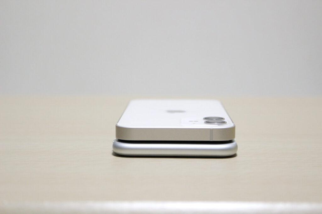 「iPhone 12 mini」と「iPhone 7」上側