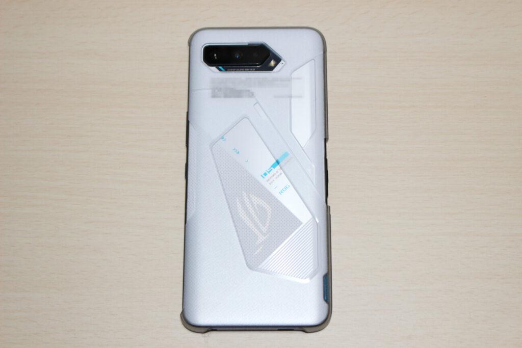 「ROG Phone 5」の背面(ケースあり)