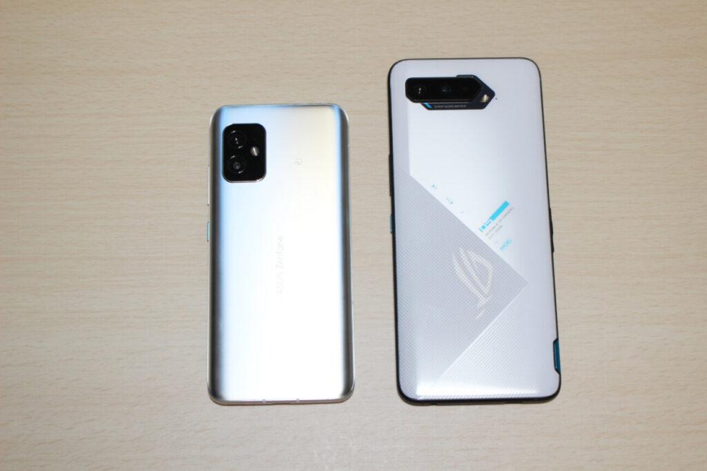 「Zenfone 8」(左)と「ROG Phone 5」(右)ー背面ー