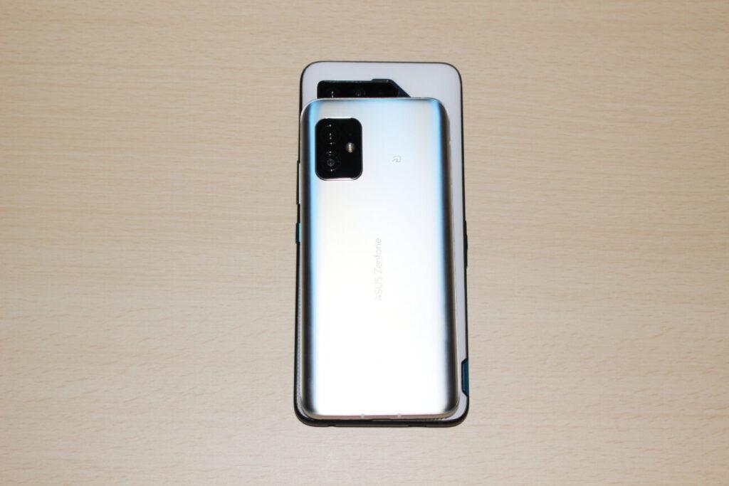 「Zenfone 8」(上)と「ROG Phone 5」(下)