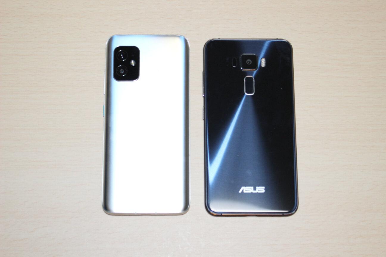 「Zenfone 8」(左)と「ZenFone 3」(右)ー背面ー