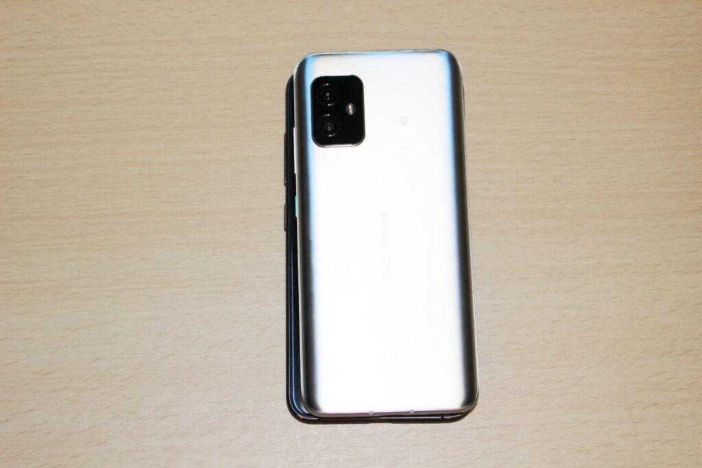 「Zenfone 8」(上)と「ZenFone 3」(下)