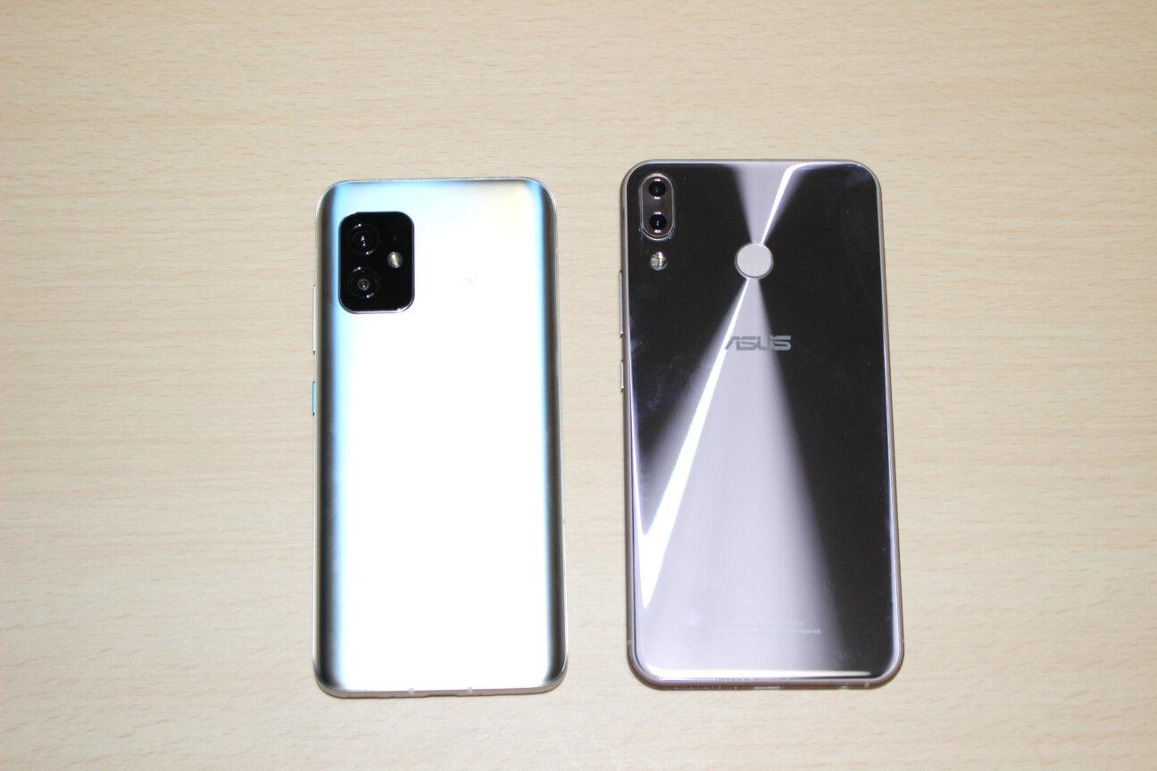 「Zenfone 8」(左)と「ZenFone 5Z」(右)ー背面ー